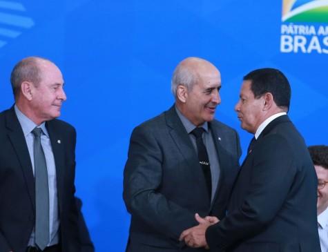 Os ministros da Defesa, Fernando Azevedo, da Secretaria de Governo, Luiz Eduardo Ramos e o vice-presidente da República, general Hamilton Mourão