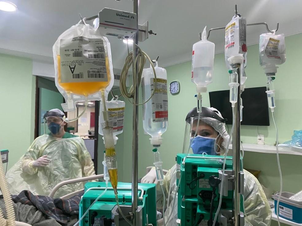 Tratamento usa plasma de pacientes recuperados em pacientes graves