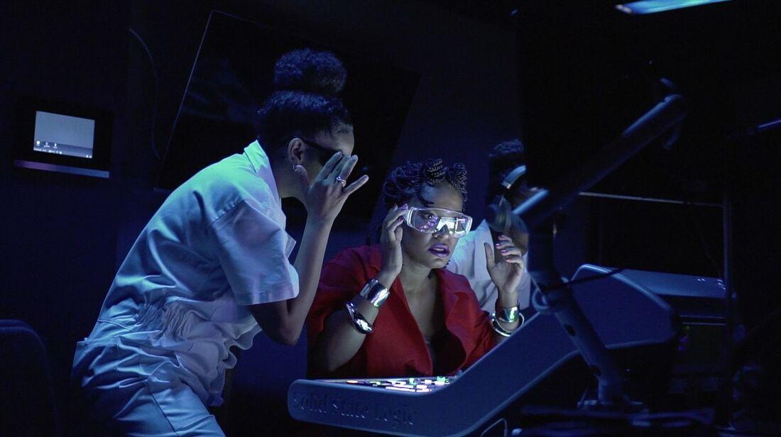Cena do clipe 'Hipnose', de Larissa Luz