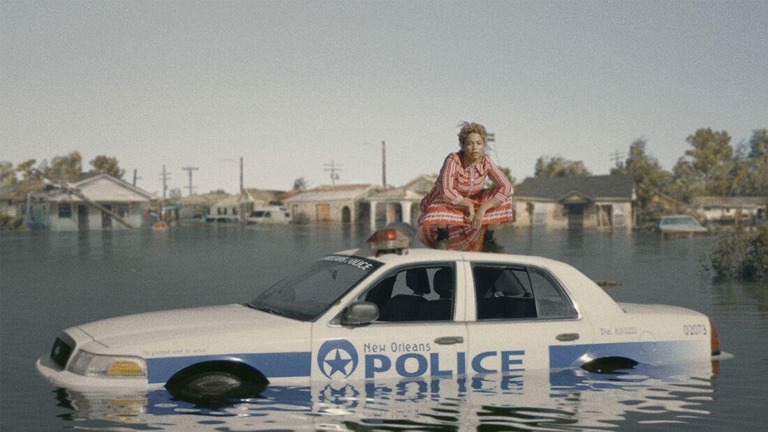 """Beyoncé em cima de uma viatura policial no clipe de """"Formation"""""""