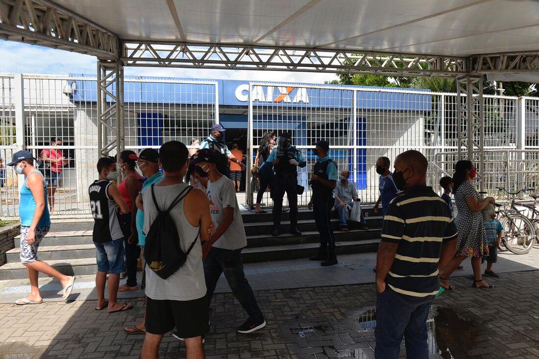 Movimentação nas agências da Caixa, no Recife