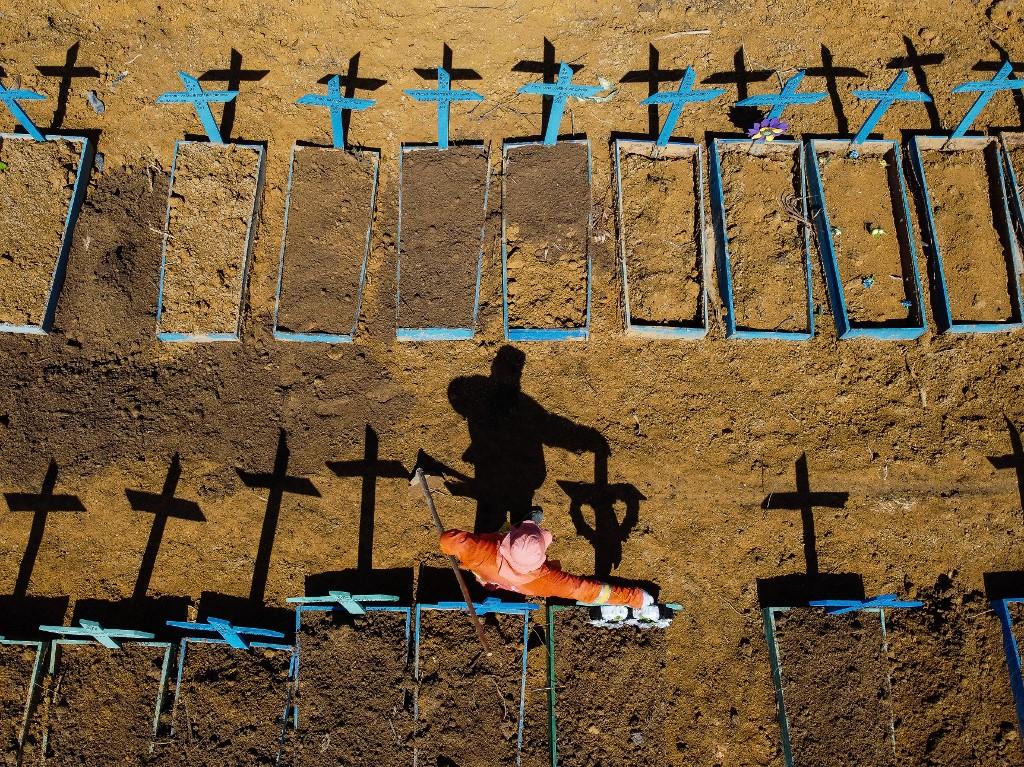Coveiro encara túmulos durante pandemia