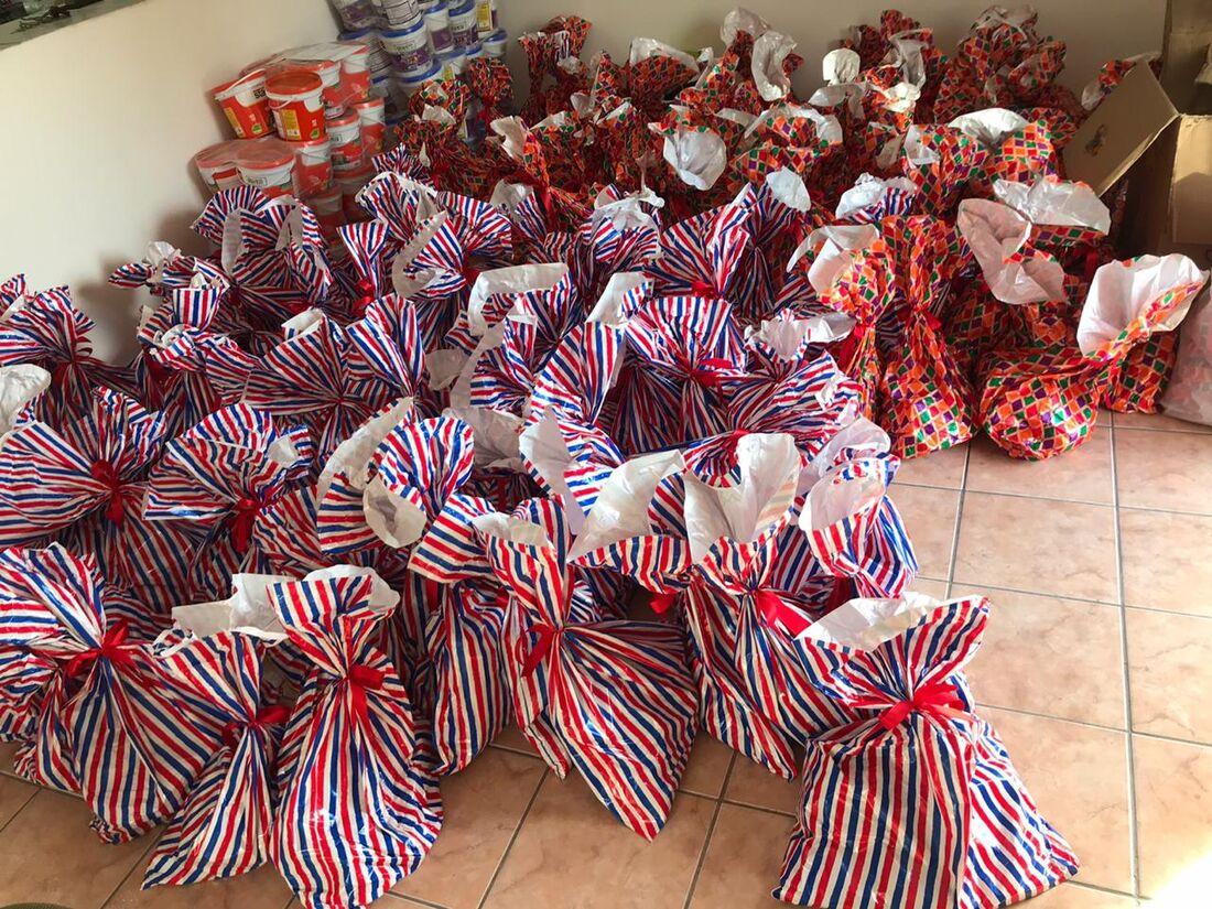 Projeto de Ajuda Humanitária distribui quentinhas para moradores de rua.