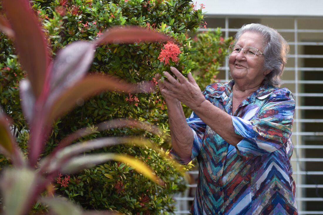 Sem poder sair, Maria da Guia agora tem dedicado tempo ao jardim e as suas plantas