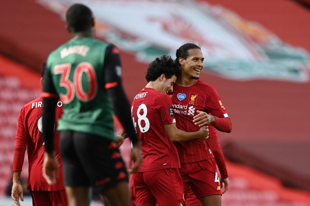 Jogadores do Liverpool comemoram gol contra o Aston Villa