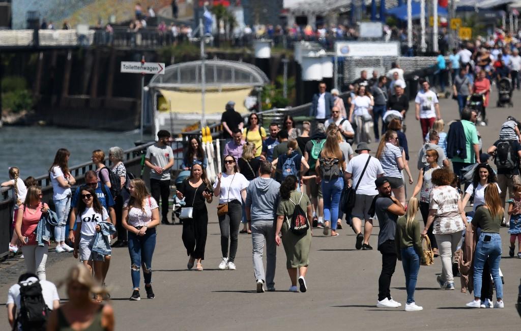 Pessoas caminham na cidade alemã de Dusseldorf