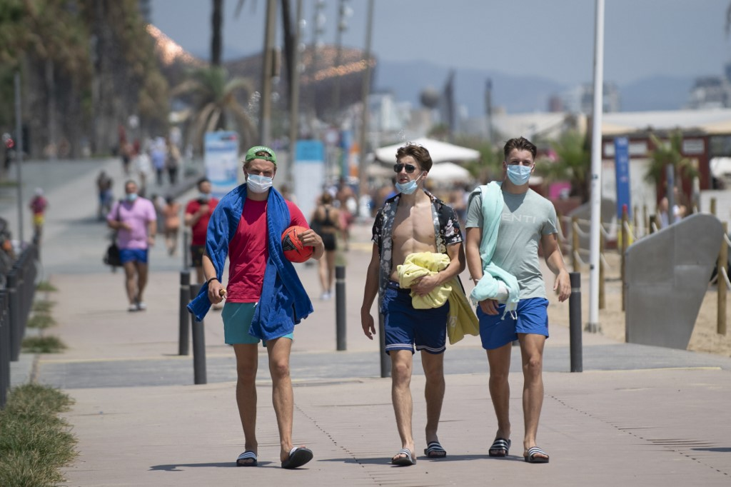 Pandemia: pessoas de máscara na Espanha