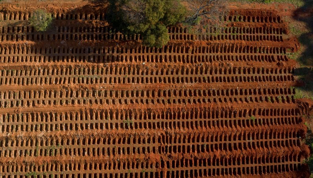 Covas abertas para óbitos causados pela Covid-19 em cemitério de Vila Formosa, em São Paulo