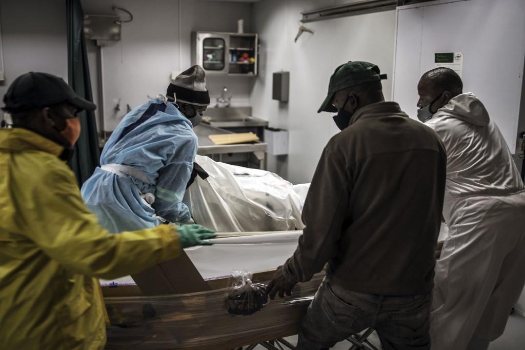 Profissionais preparam corpos de vítimas da Covid-19 em Soweto na África do Sul