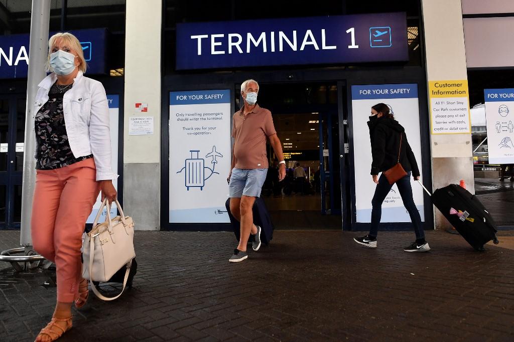 Passageiros desembarcam em aeroporto de Manchester, na Inglaterra