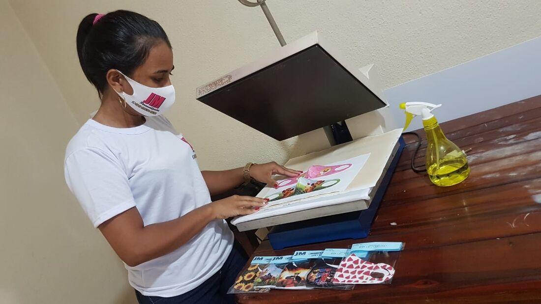 Josicleide Marinho produzindo mascaras