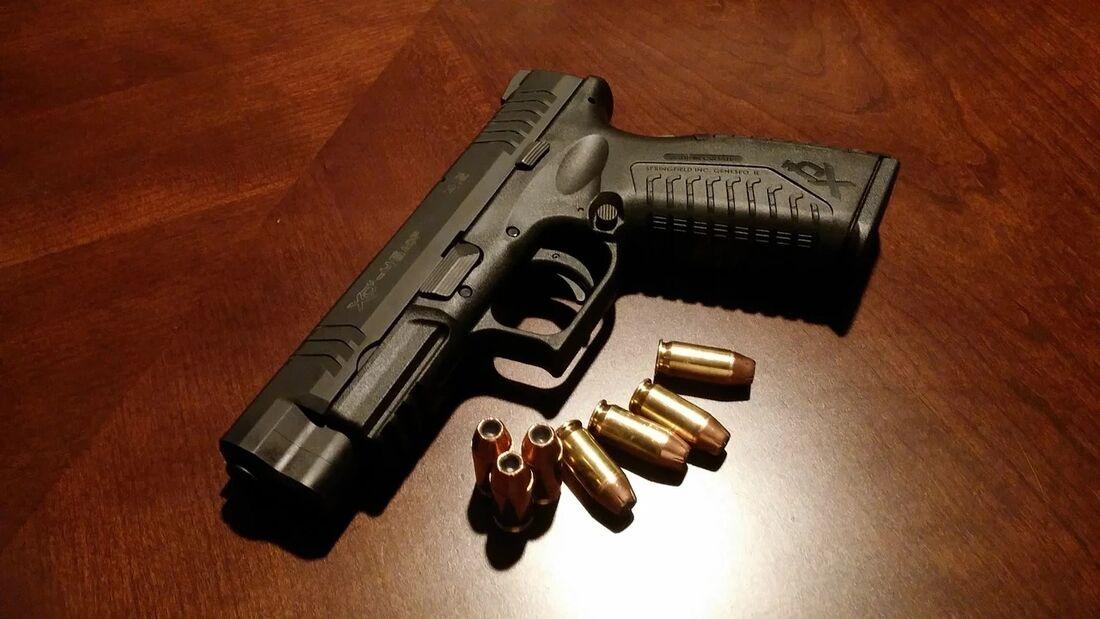 Arma de fogo e cápsulas de bala