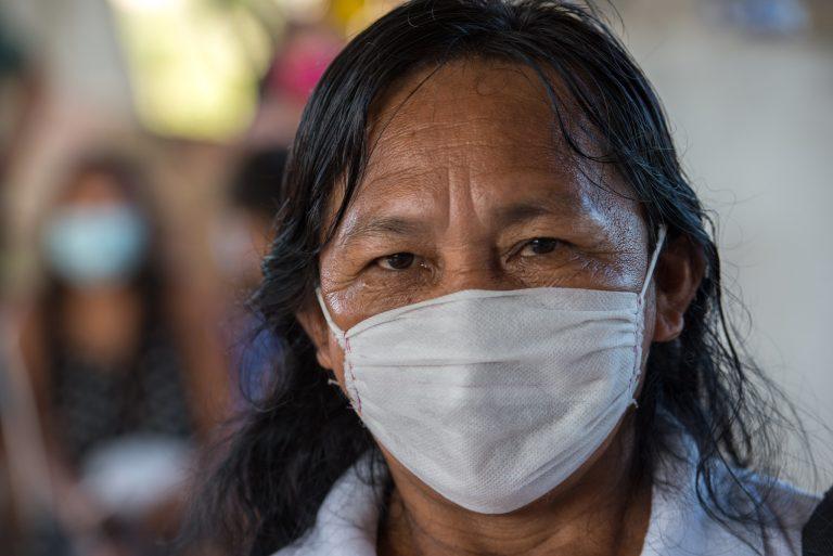 Indígena usando máscara