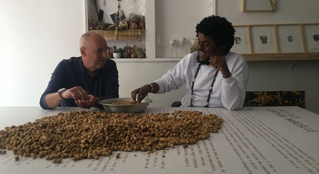 O apresentador Josimar Melo entrevista, entre outros convidados, o artista visual Moisés Patrício