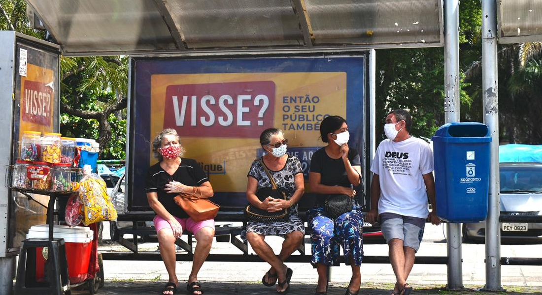 Pernambucanos usando máscara de proteção contra o coronavírus
