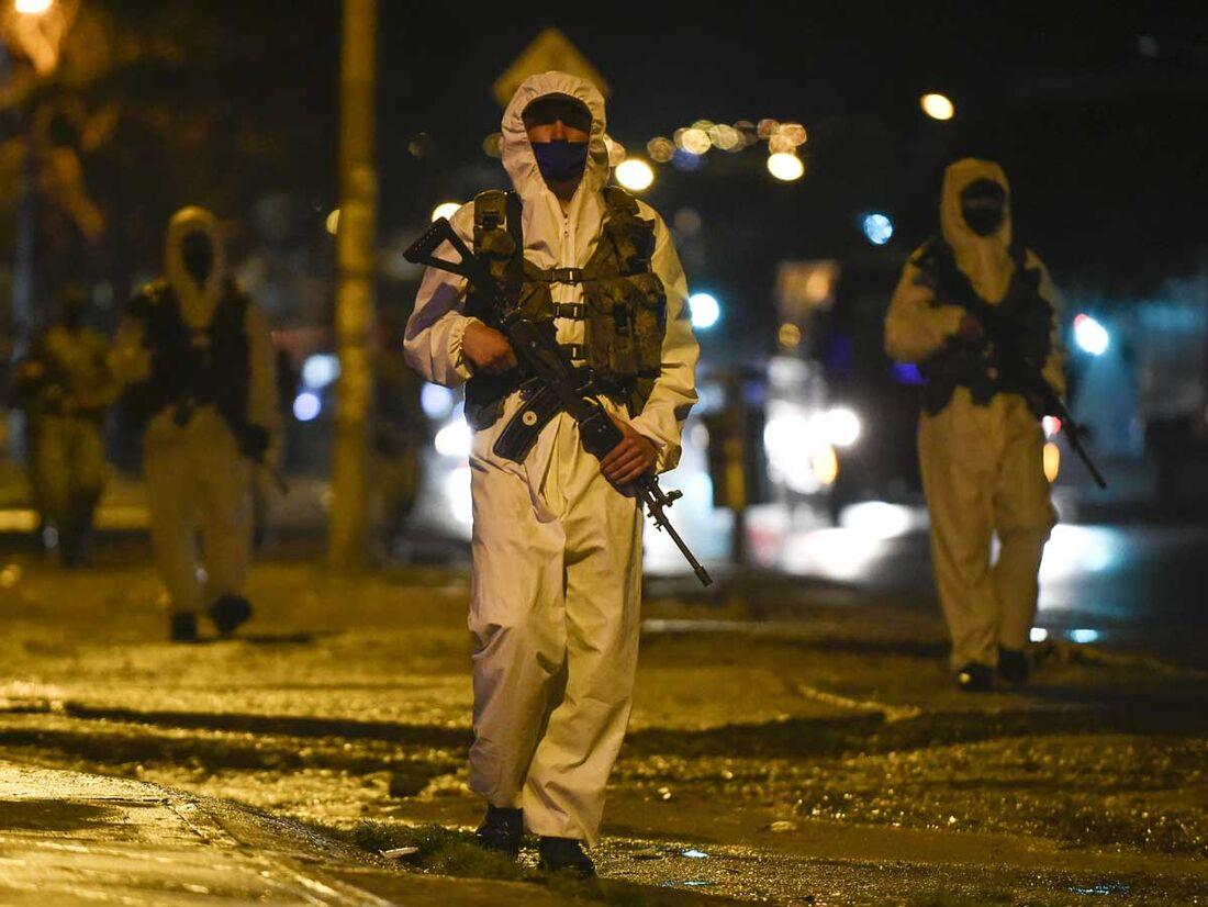 Soldado faz patrulha em área com lockdown perto de Bogotá, na Colômbia