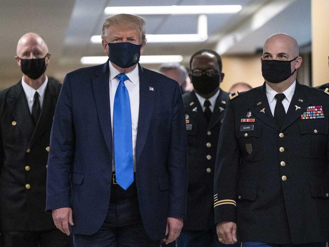 Donald Trump usa máscara em visita a hospital