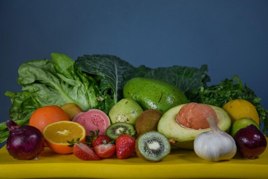 Hidratação e dieta balanceada, rica em frutas e vegetais, ajudam a manter boa imunidade