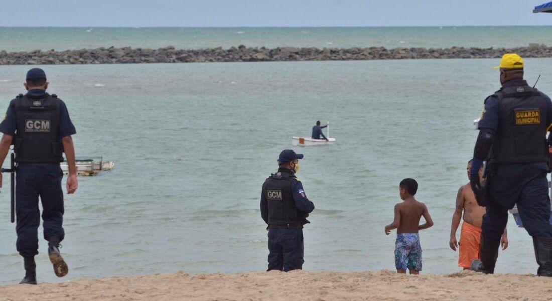 Em Casa Caiada, os agentes de segurança retiram as pessoas que fazem mergulho