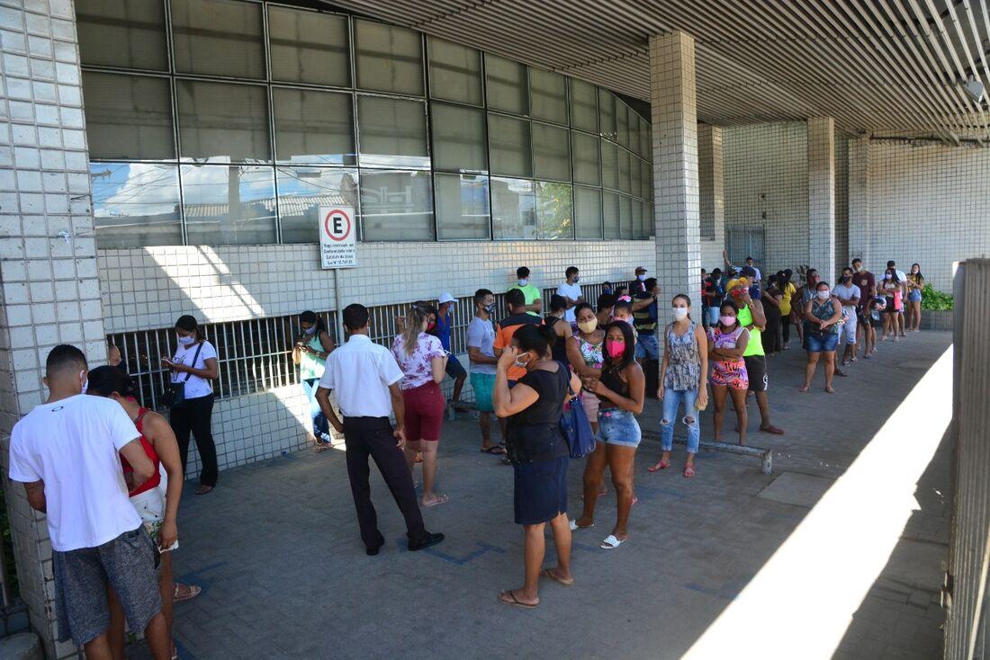 Movimento na agência da Caixa Econômica Federal em Afogados, no Recife