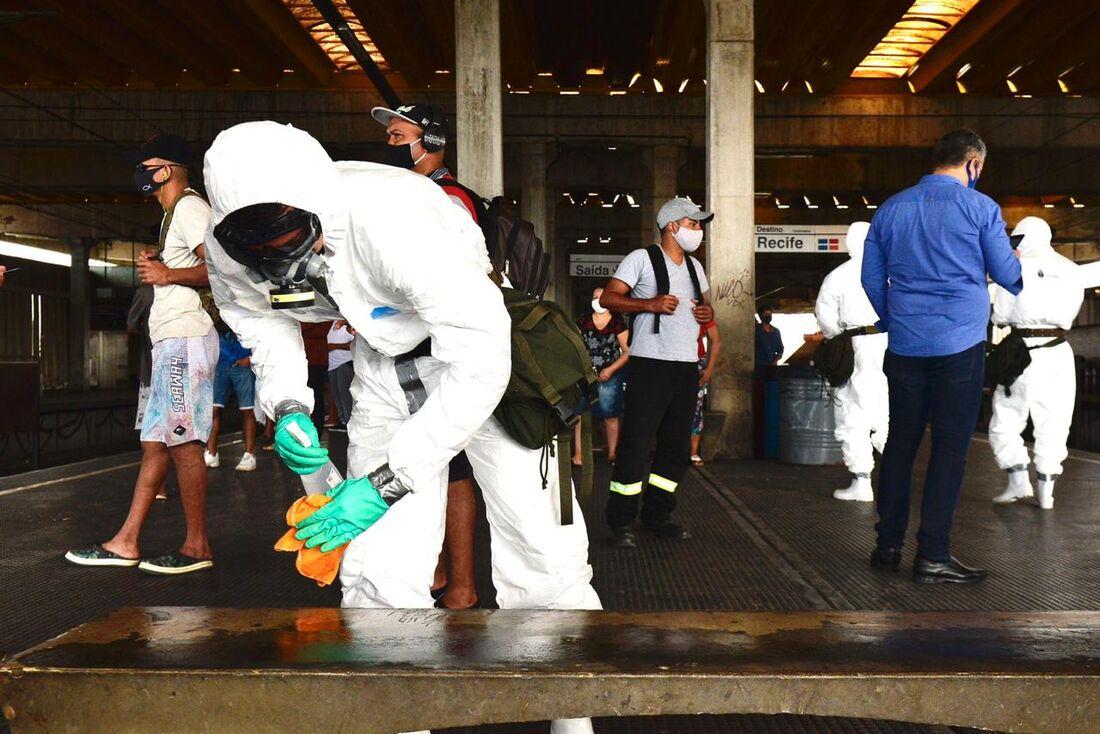 Comando Militar do NE realiza desinfecção na Estação de Metrô Joana Bezerra