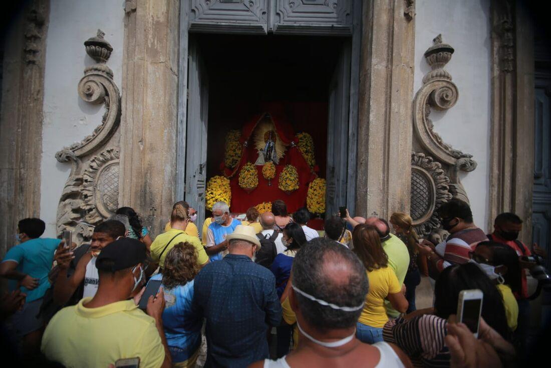 Fiéis à entrada da Basílica do Carmo