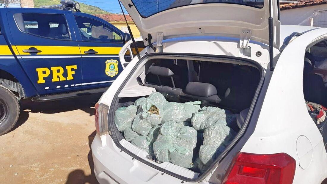 No porta-malas e no banco de trás do carro foram encontrados dezenas de sacos com maconha