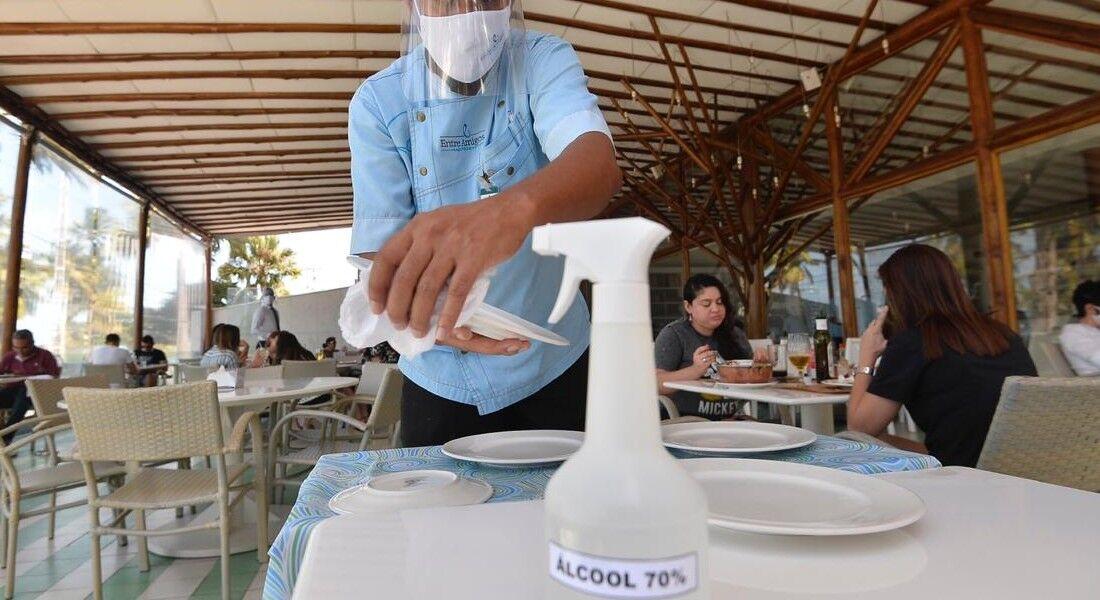 Estabelecimentos alimentícios adotam novos protocolos de higienização e distanciamento social