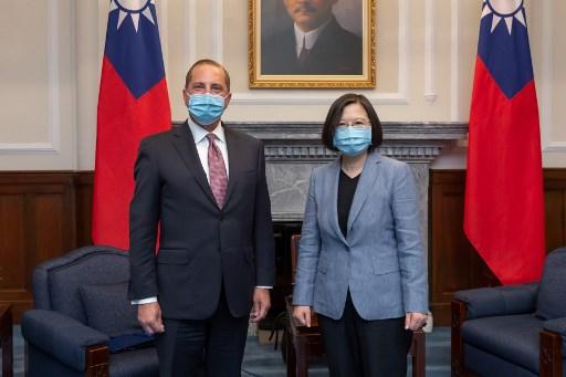 A presidente de Taiwan, Tsai Ing-wen e o secretário de Saúde dos Estados Unidos, Alex Azar