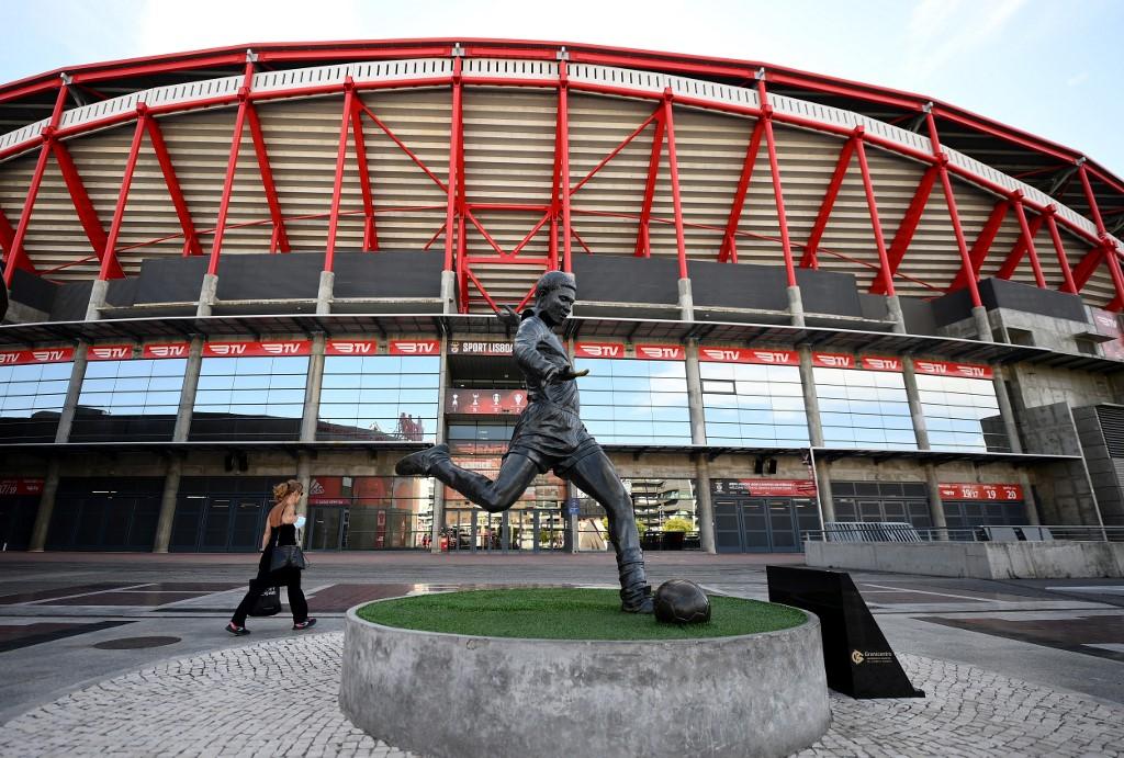 Estátua de Eusébio em frente ao Estádio da Luz, um dos terrenos previstos para receber jogos da Champions