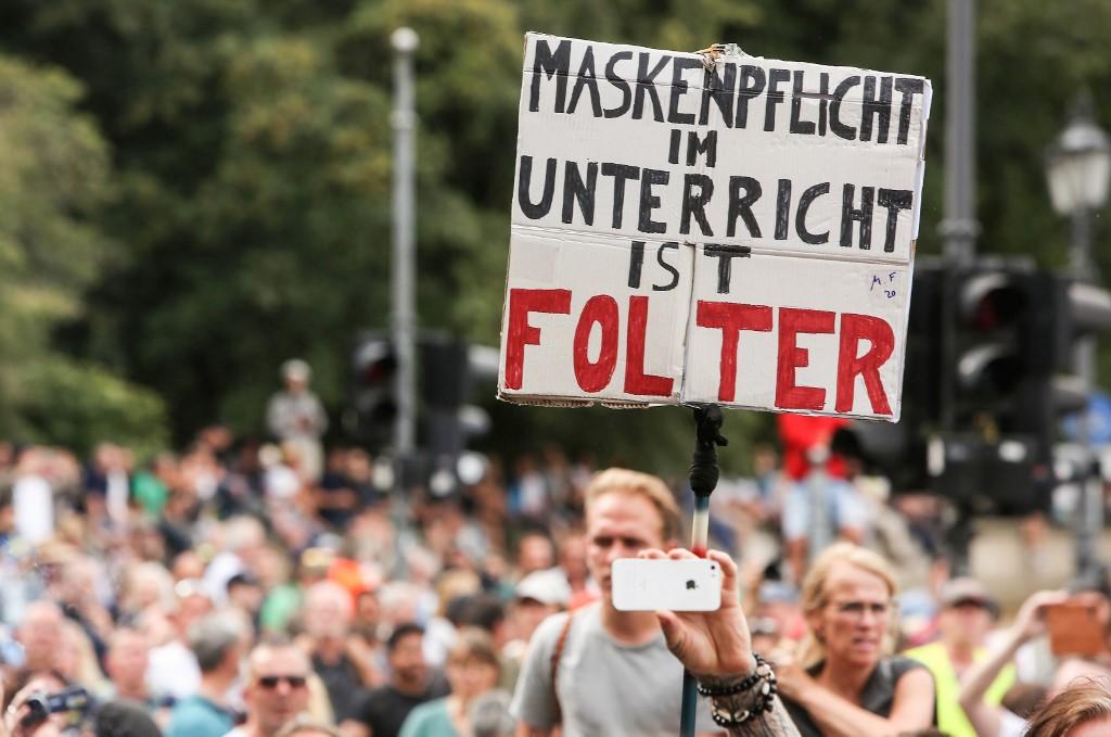 Cartaz em protesto na Alemanha: 'Máscara obrigatória na aula é tortura'
