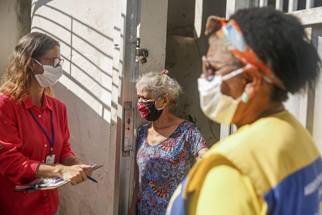 Agentes de saúde visitam pessoas que compõem grupo de risco da Covid-19