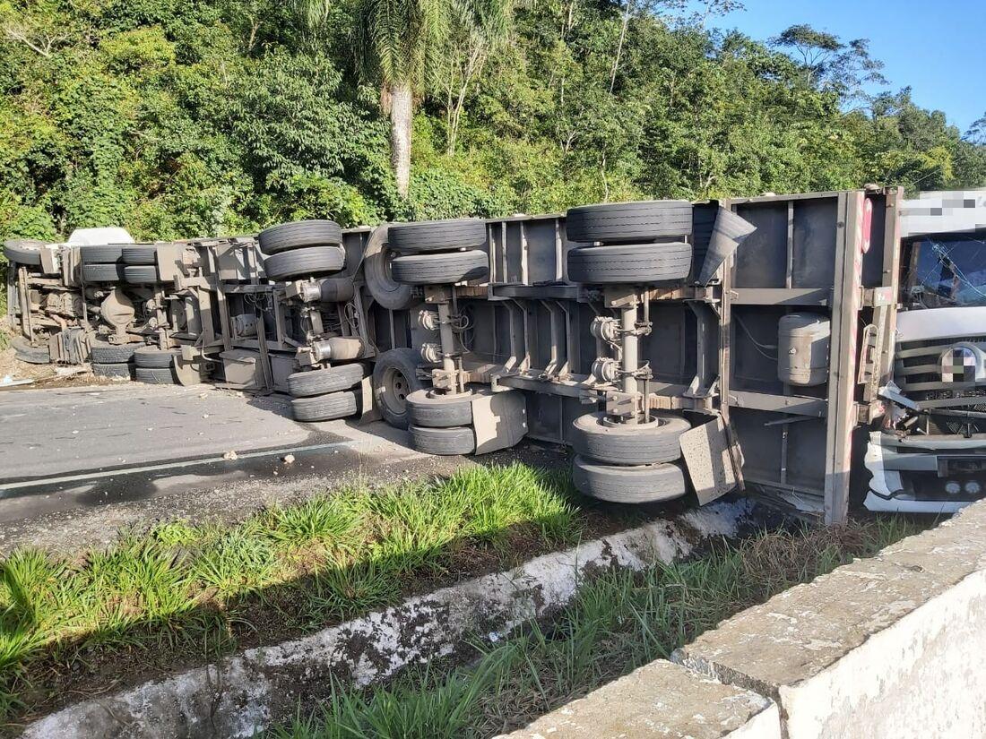 Carreta tombou após motorista perder controle do veículo