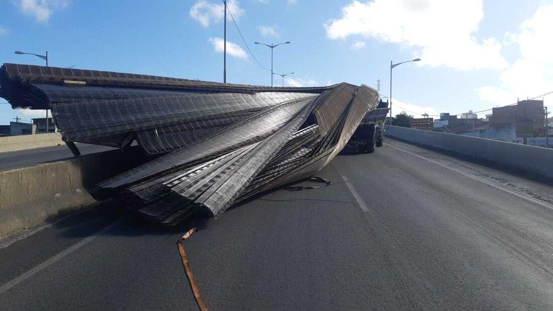 Acidente complica o trânsito na BR-104, em Caruaru