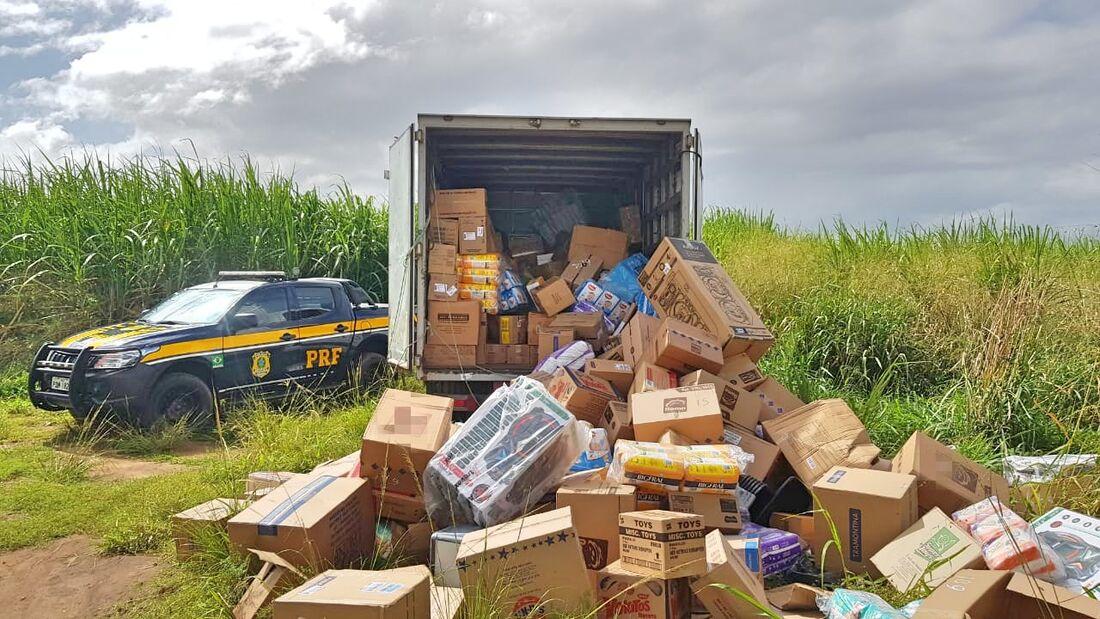 Caminhão que transportava a mercadoria havia sido abordado por homens armados em uma caminhonete e um carro