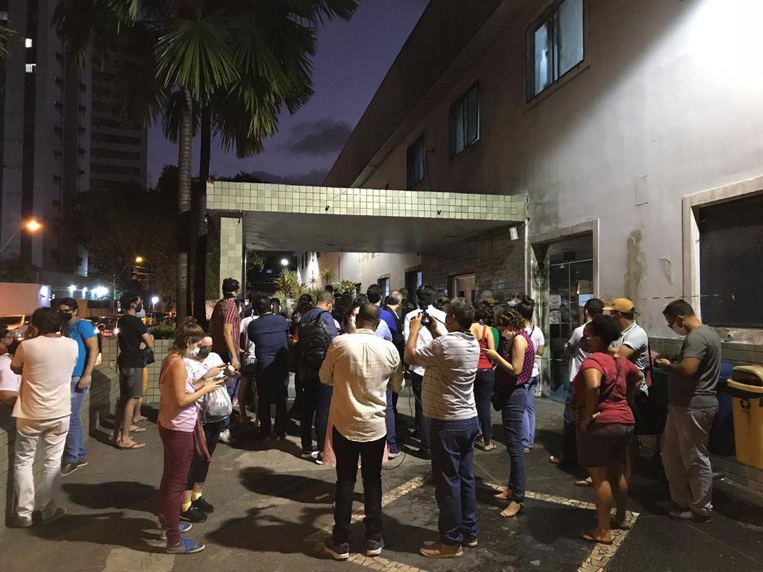 Grupo tenta forçar entra em hospital no Recife