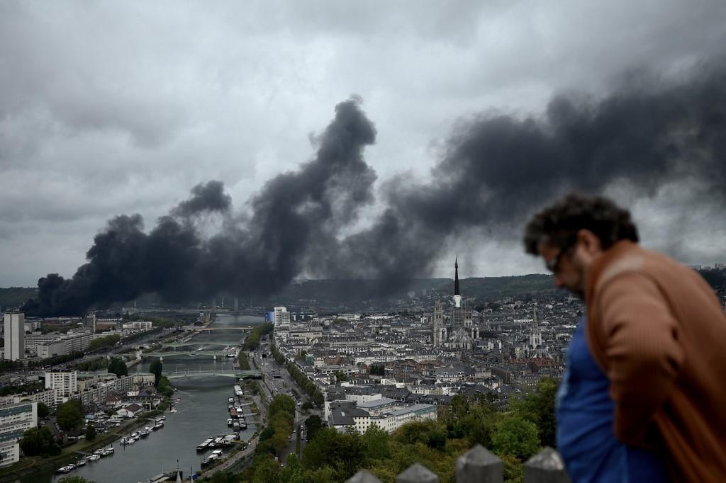 Fumaça saindo de fábrica em Paris, na França