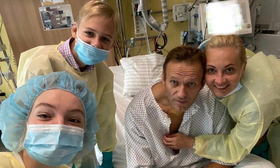 Navalny, esposa e equipe médica em hospital de Berlim