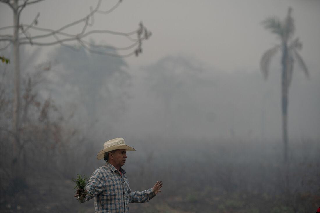 Um homem gesticula em uma área queimada do Pantanal, próximo à estrada do parque Transpantaneira que cruza a maior área úmida tropical do mundo, no estado de Mato Grosso, Brasil