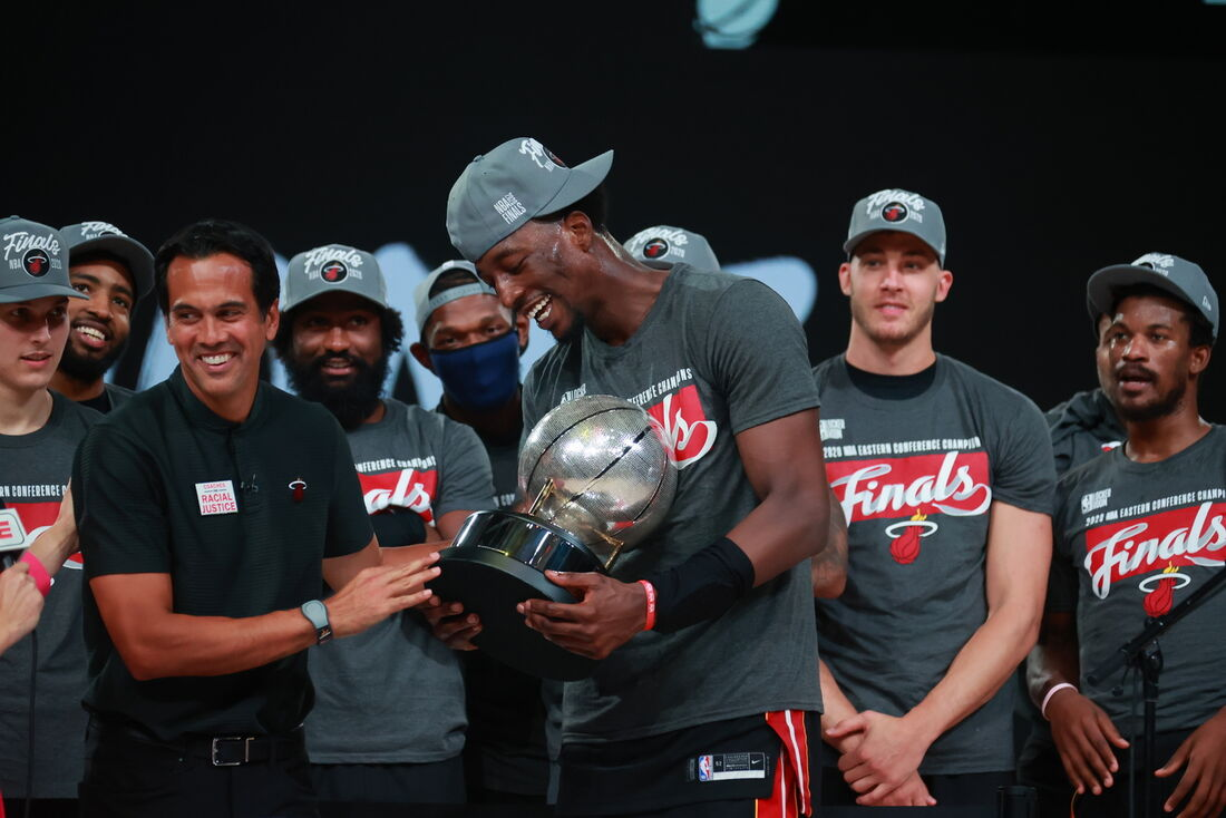 Jogadores e técnico do Miami Heat comemorando o título da Conferência Oeste