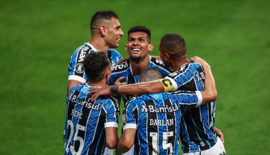 Jogadores gremistas comemorando o gol de Rodrigues