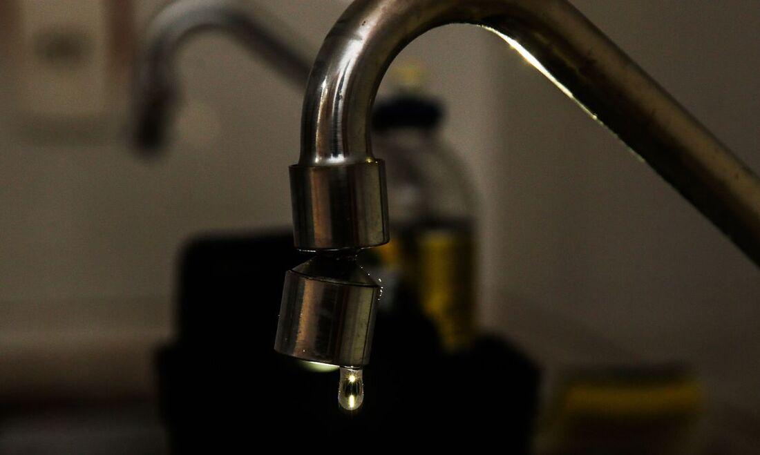Gota d'água caindo de torneira