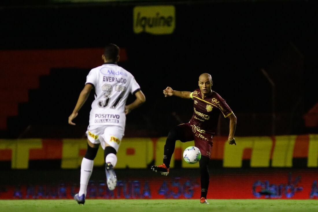 Patric, lateral-direito do Sport, em ação contra o Corinthians