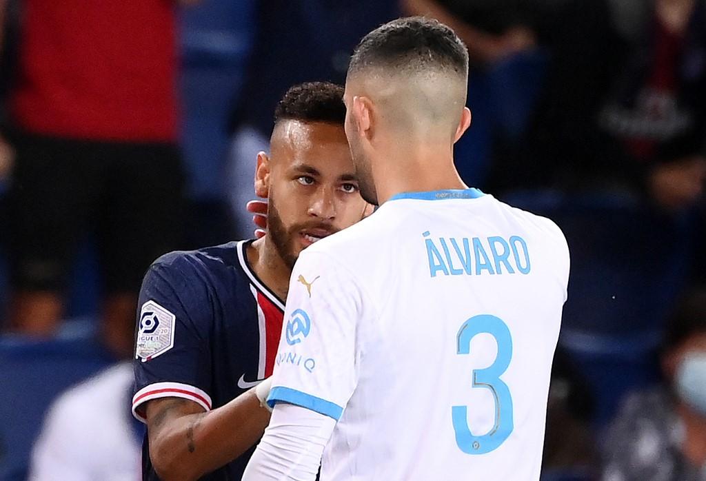 Neymar e Álvaro González durante encontro entre PSG e Olympique de Marselha, em setembro de 2020