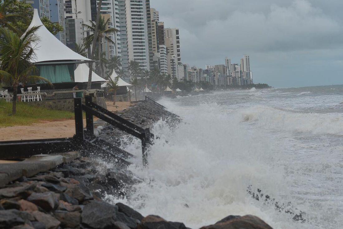 Ressaca do mar em Boa Viagem, no Recife