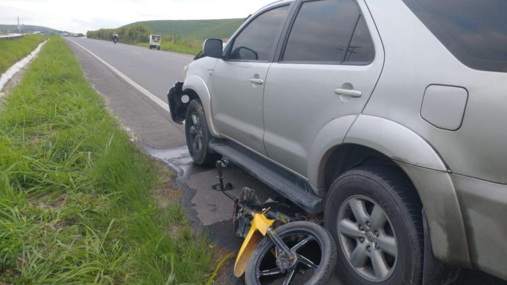 Motociclista atravessou a rodovia para cruzar o canteiro central