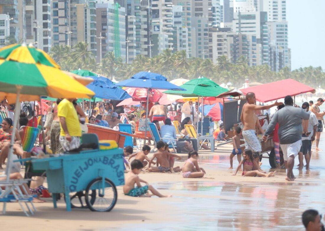Praia de Boa Viagem cheia no primeiro fim de semana após feriado da Independência