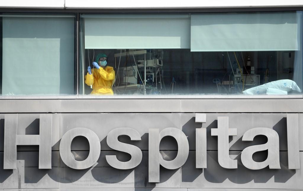 Profissional de saúde em hospital de Madri, na Espanha
