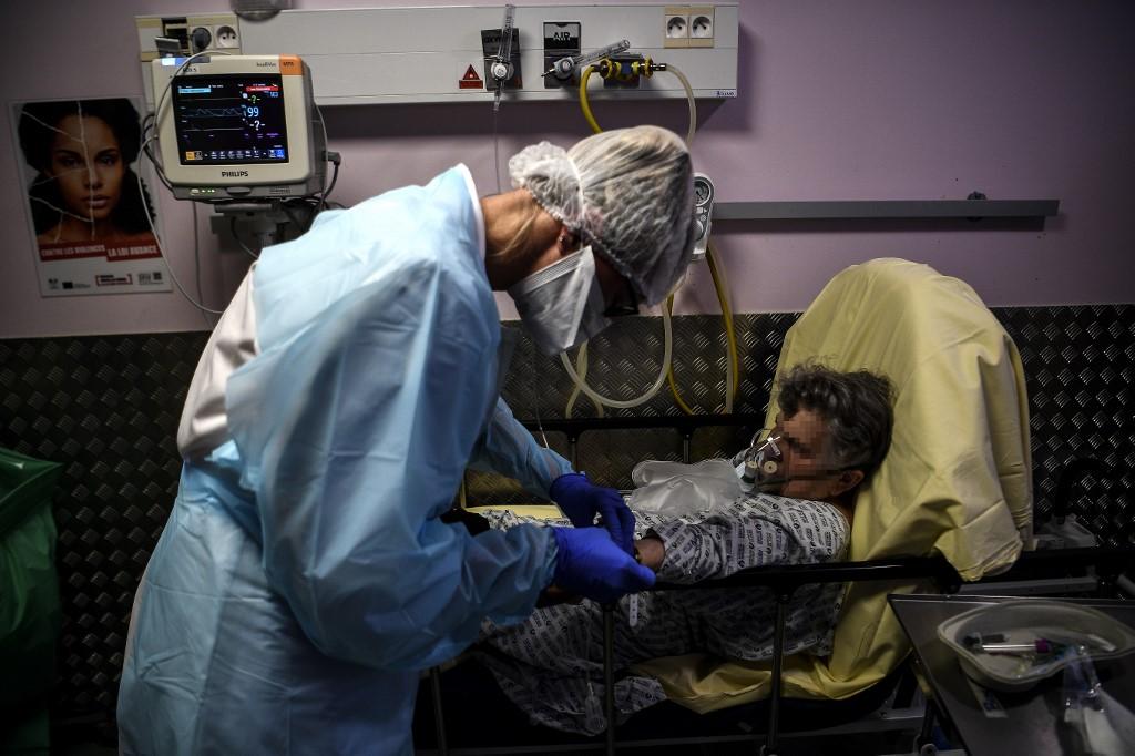 Enfermeira ajuda paciente em hospital de Paris, na França