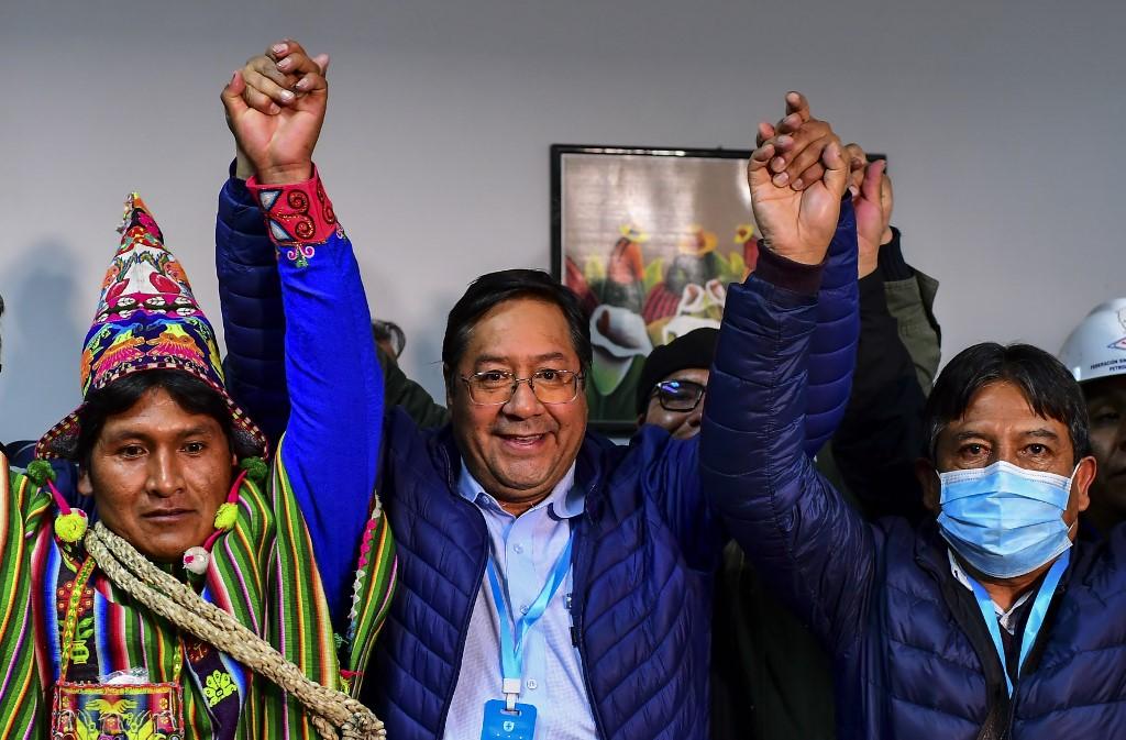 Luis Arce, no meio, celebra sucesso no pleito junto a aliados